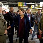 La alcaldesa de Barcelona, Ada Colau (c), conversa con dos mandos militares en el stand que el Ministerio de Defensa ha instalado en la XXVII edición del Salón de la Enseñanza