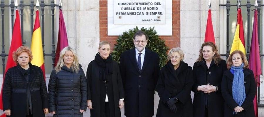Mariano Rajoy con Cristina Cifuentes, Manuela Carmena, Pilar Manjón, Marimar Blanco, Ángeles Pedraza y Ángeles Domínguez en el homenaje a las víctimas del 11M