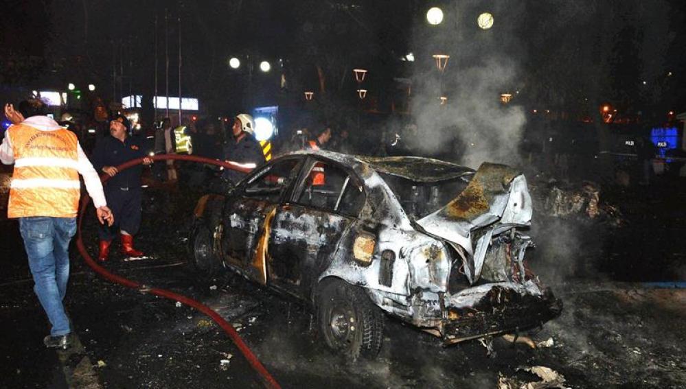 Al menos vientisiete muertos por una explosión en Ankara