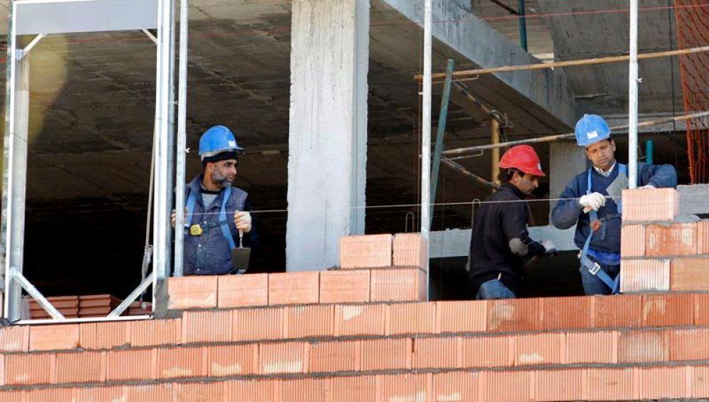 Obreros trabajan en la construcción de una vivienda