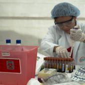 Una mujer realiza tests de prueba a unos análisis