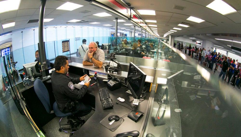 Control de pasaportes en un aeropuerto