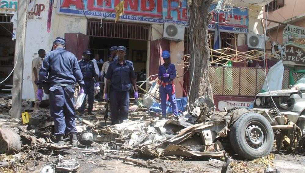 Imagen de archivo de los restos del coche bomba que ha explotado en Mogadiscio