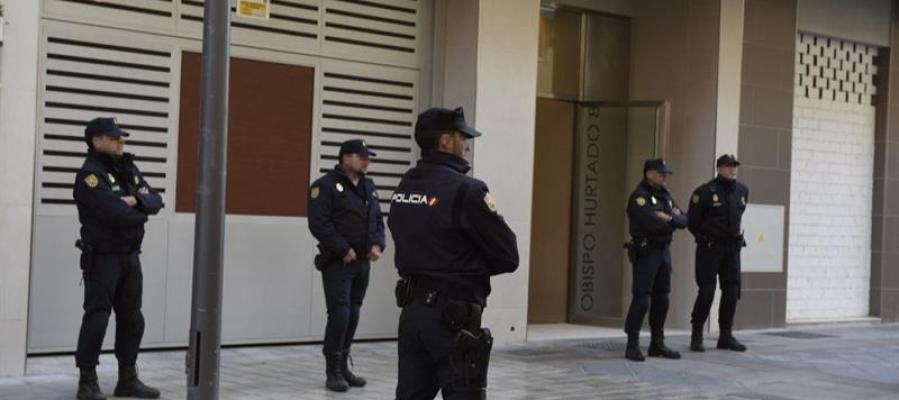 Agentes de la Unidad contra la Delincuencia Económica y Fiscal de la Policía (UDEF)