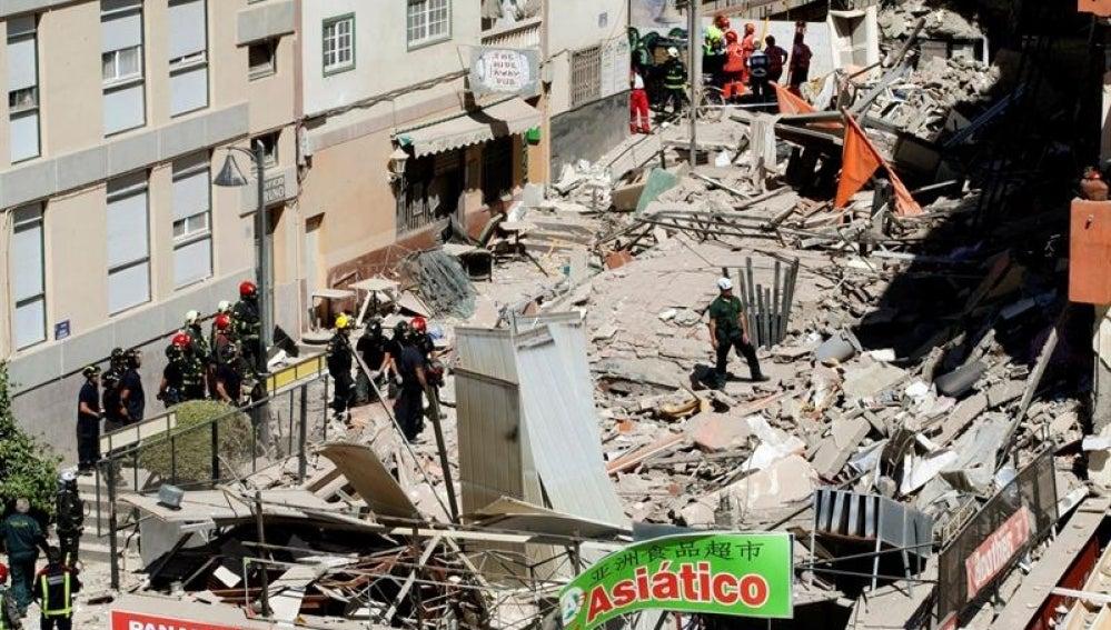 Equipos de rescate trabajan en la zona en la que se ha derrumbado el edificio en Tenerife