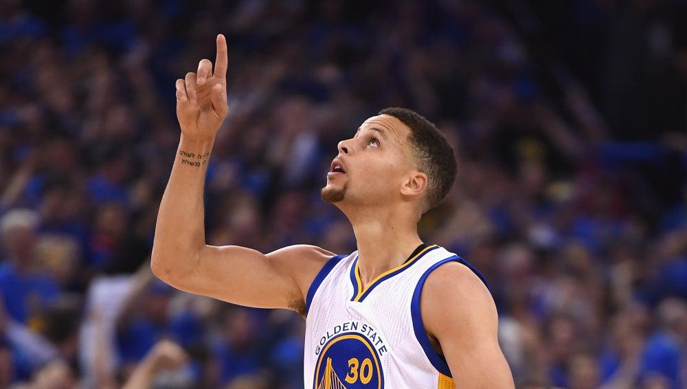 Stephen Curry celebra la histórica victoria
