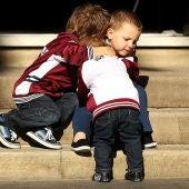 Tres niños abrazándose