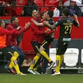 Los jugadores del Granada celebran el gol de Cuenca
