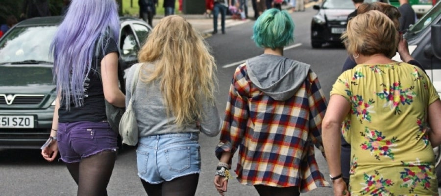 Adolescentes paseando por la calle | Foto: Gareth Williams en flickr cc