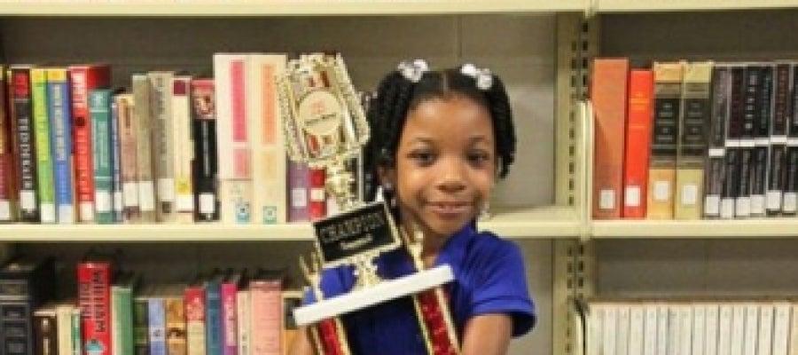 Niña sin manos gana un concurso de escritura.