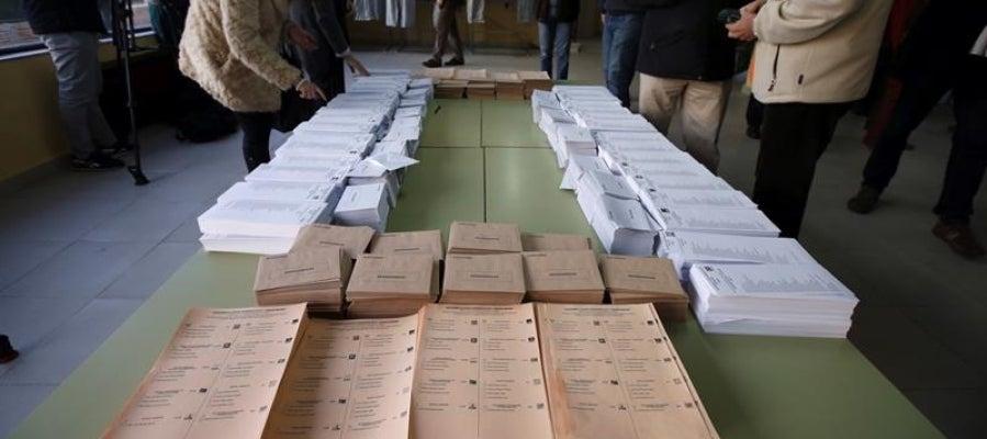 Papeletas de los diferentes partidos para el Congreso y el Senado dispuestas en un colegio electoral