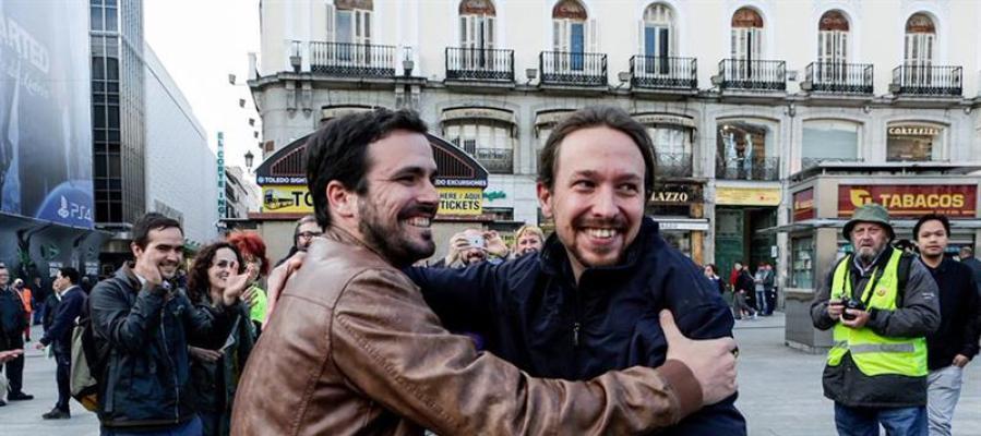Alberto Garzón y Pablo Iglesias en la madrileña Puerta del Sol