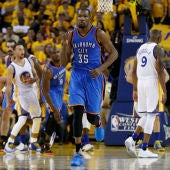 Kevin Durant celebra una canasta ante los Warriors