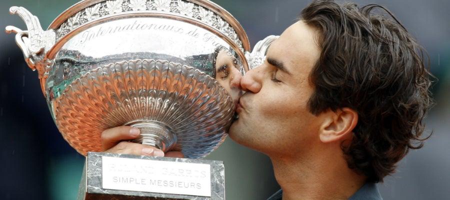 Roger Federer besa el trofeo de ganador de Roland Garros en 2009