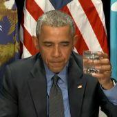 Obama bebiendo agua de Flint