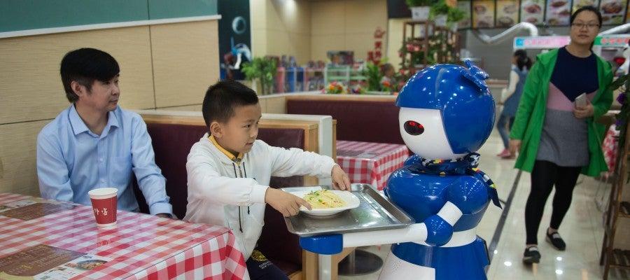 Contratan robots camareros (24-05-2016)