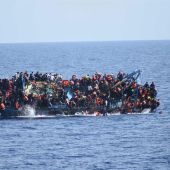 Una embarcación en la que viajaban 562 inmigrantes vuelca cerca de Libia