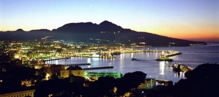 La ciudad de Ceuta al anochecer