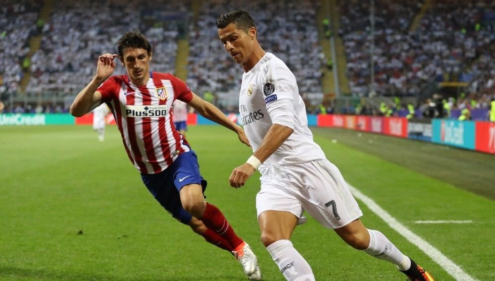 Cristiano Ronaldo  en acción con Stefan Savic