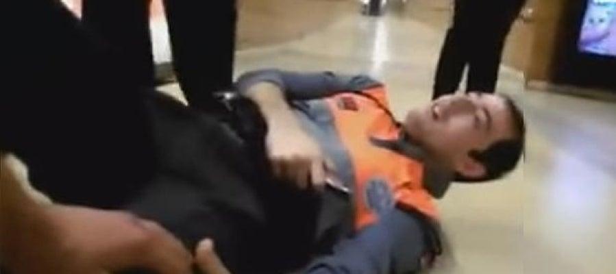 Imagen del vigilante de seguridad agredido en el metro de Barcelona