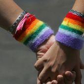 Una pareja gay pasea de la mano