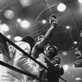 Cassius Clay (Muhammad Ali) celebra su victoria contra Liston