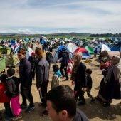 Refugiados y migrantes de un campo de refugiados turco