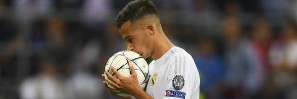Lucas Vázquez besa el balón