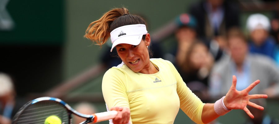 Garbiñe Muguruza devuelve una bola en Roland Garros