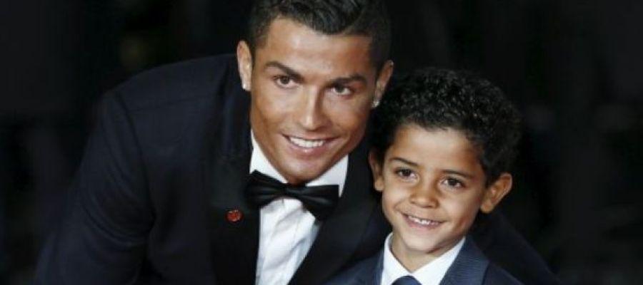 Cristiano Ronaldo posa junto a su hijo Cristiano Jr.