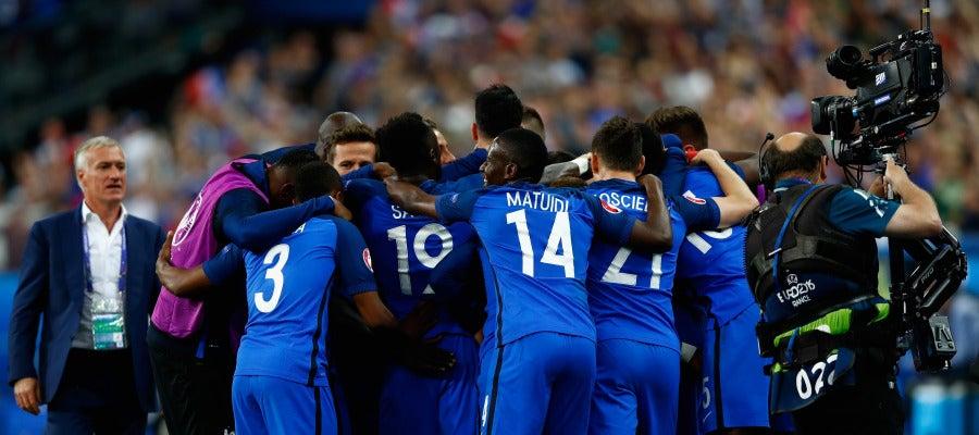 Francia celebra la victoria ante Rumanía en Saint-Denis
