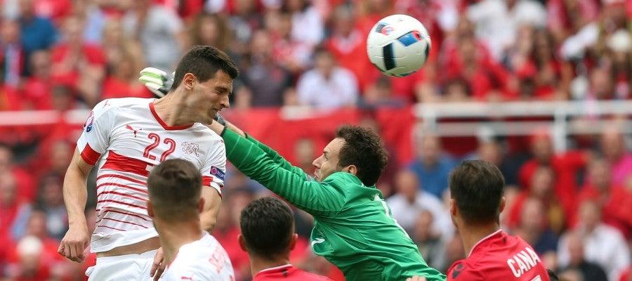 Schar cabecea lo que sería el 0-1 en el marcador ante Albania