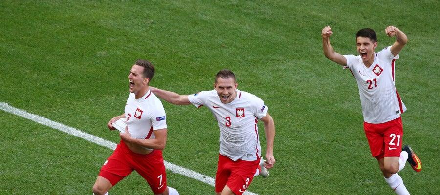 Los jugadores polacos celebran el gol de Milik