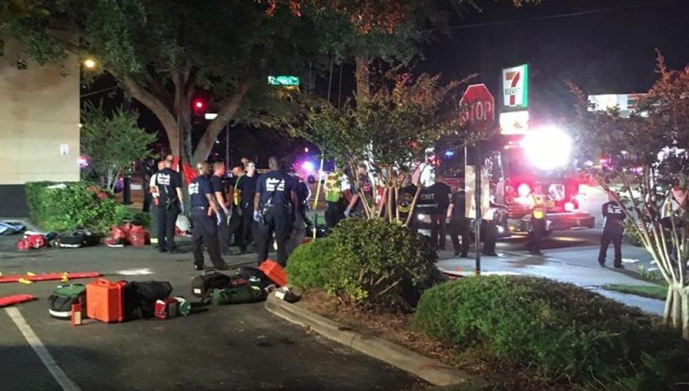 Efectivos de emergencia en torno al club nocturno de Orlando