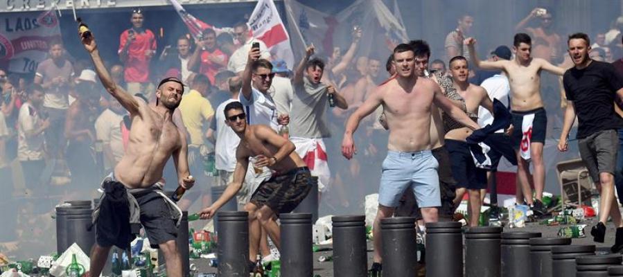 Hinchas ingleses lanzan botellas durante unos altercados en el Puerto Viejo de Marsella