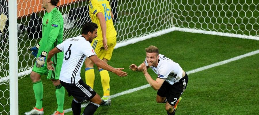 Mustafi celebra su gol ante Ucrania