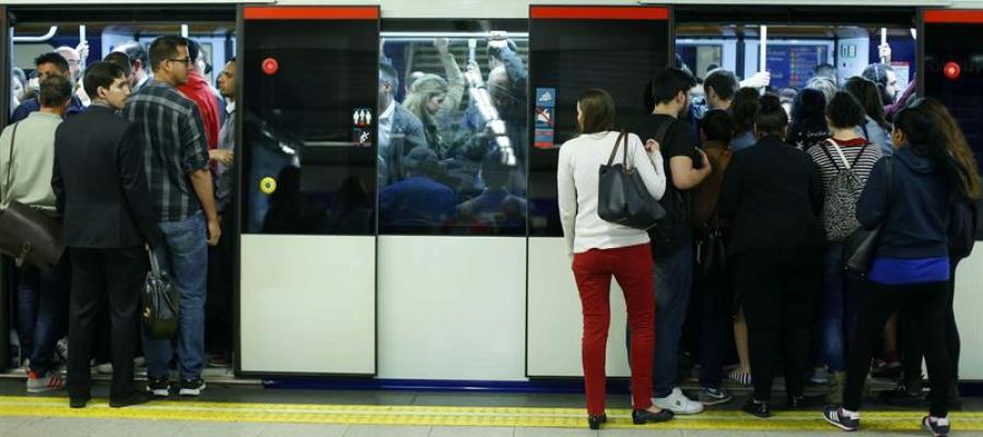 Resultado de imagen de gente en el metro de madrid