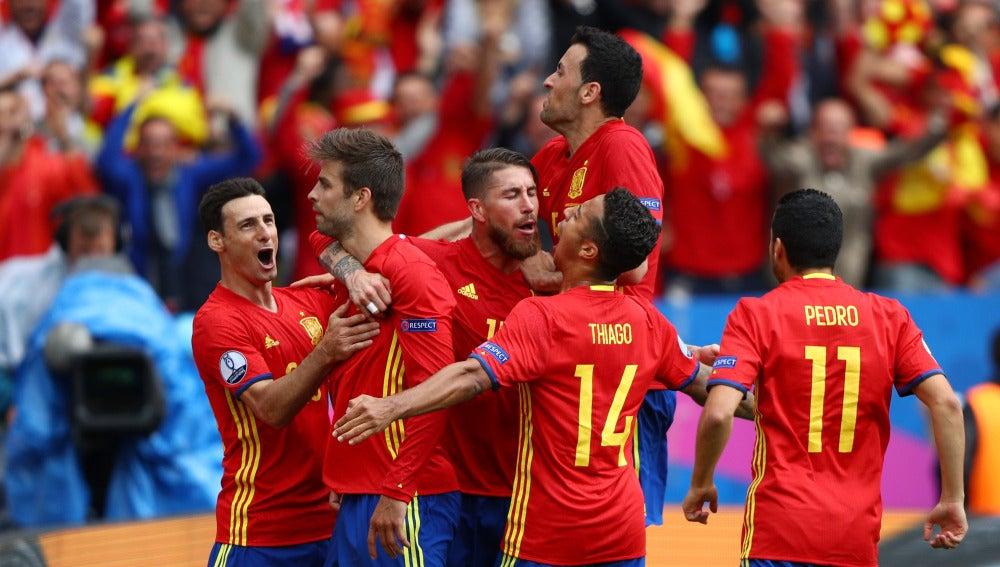 Gerard Piqué festeja el gol en el minuto 87 tras el centro de Iniesta