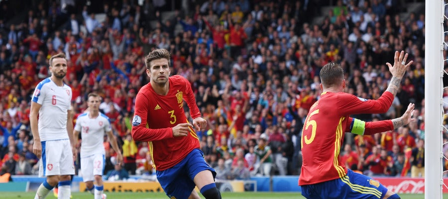 Gerard Piqué celebra su gol contra la República Checa