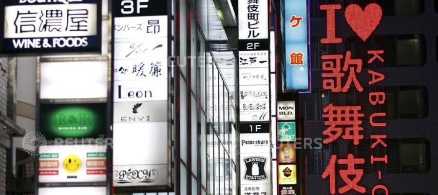 Carteles iluminados de restaurantes en Tokio