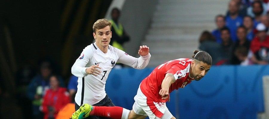 Griezmann pelea el balón ante Suiza