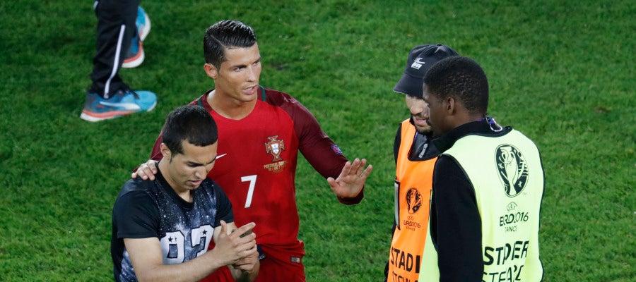 Cristiano pide tranquilidad a los miembros de seguridad tras el salto de un fan al campo