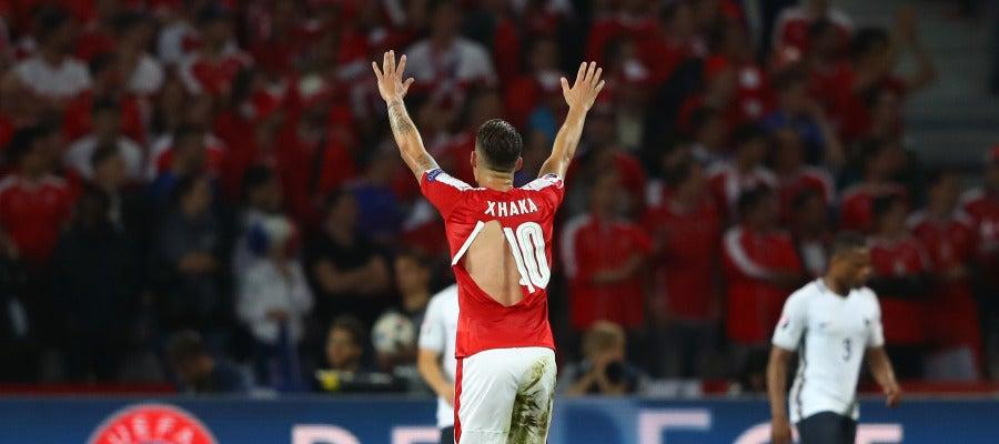 Xhaka, con la camiseta rota durante el Suiza - Francia