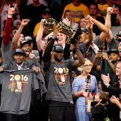 Lebron levanta la copa de la NBA.