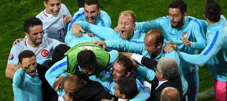 Turquía celebra el tanto ante Chequia