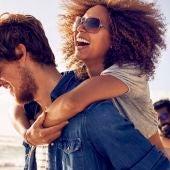 Dos parejas de amigos en la playa