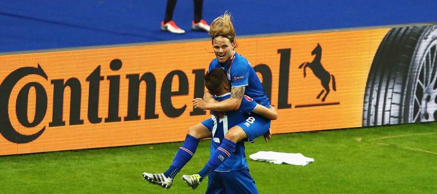 Arnor Ingvi Traustason festeja el gol de la clasificación de Islandia