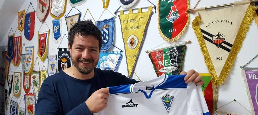 Gaucci posa con la camiseta del Marbella FC en su oficina
