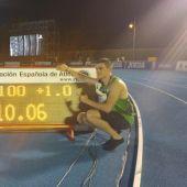Bruno Hortelano posa con el récord nacional de los 100 metros lisos