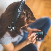 Una mujer escuchando con auriculares